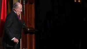 GRAF2556  MADRID  06 12 2018 - El Rey emerito Juan Carlos I  en el exterior del Congreso de los Diputados  en el que se celebra esta manana la solemne conmemoracion del 40 aniversario de la Constitucion  un 6 de diciembre en que coinciden  de forma excepcional  el actual jefe del Estado con el anterior monarca y la heredera de la Corona - EFE JuanJo Martin