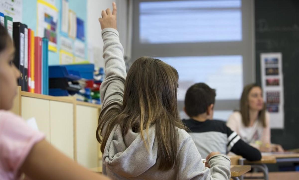 Alumnos de sexto de primaria en el colegio público Pere IV de Barcelona, en las pruebas de competencias del año pasado.