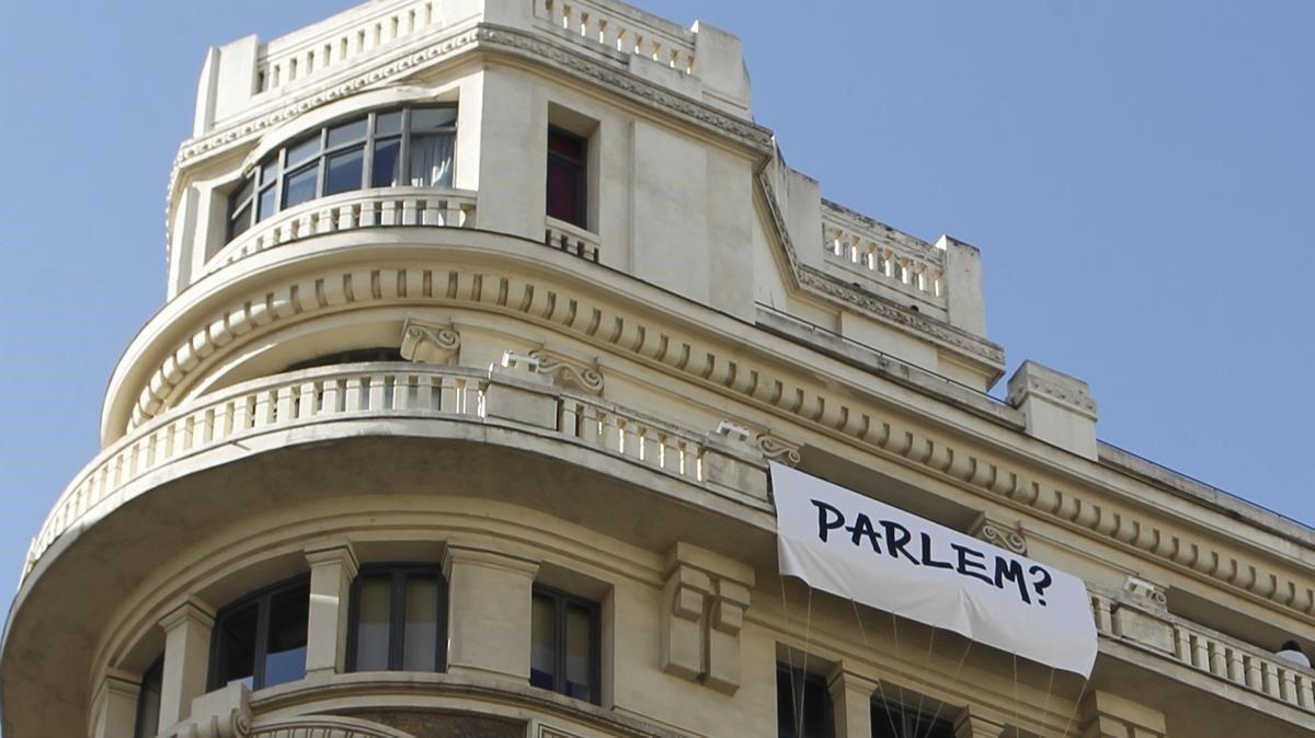 Pancarta en el edificio Rushmore, en la Gran Vía de Madrid.