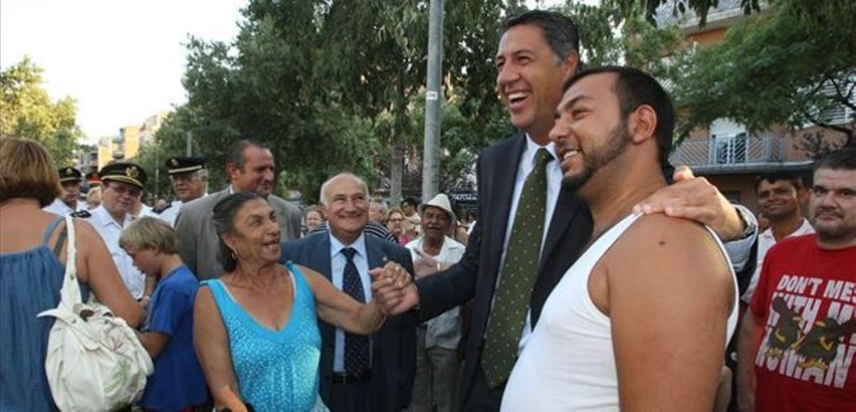 García Albiol con un vecino de Badalona.