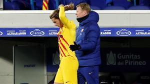 Griezmann se toca la coleta, con Koeman detrás, antes de saltar al césped en sustitución de Braithwaite, este domingo en Huesca.