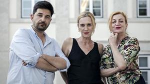 Tiago Rodrigues,Mathilde Monnier (centro) y María Ribot, autores de 'Please Please Please', un mix de teatro y danza.
