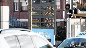 Una gasolinerade Barcelona mostra els preus dels carburants.
