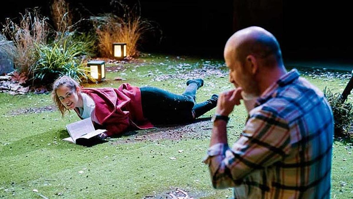 Elena Tarrats y Josep Julien en un momento de 'Sandra', de Daniela Freixas, primera obra del ciclo #jotambé de la Sala Beckett.