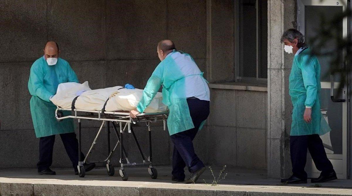 Traslado de fallecidos en la residencia de mayores Doctor González Bueno de Madrid.