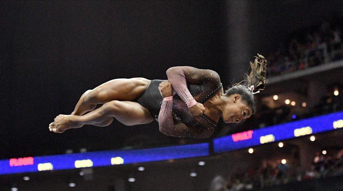 Simone Biles, durante el salto en el ejercicio de suelo.