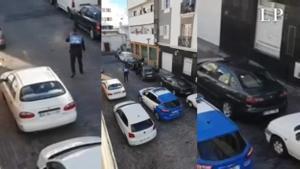 Dos agentes de la policía local de Arrecife golpean a dos personas que grababan una detención.