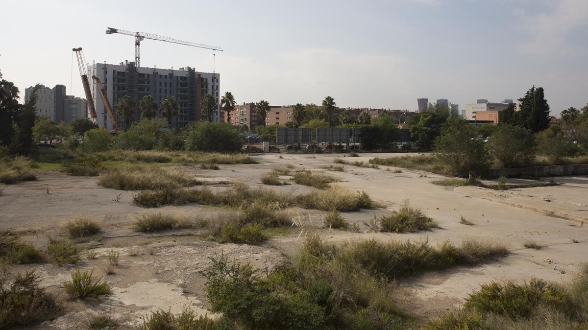 Solar de La Marina del Prat Vermell, junto al paseo de la Zona Franca, donde el ayuntamiento va a construirpisos sociales.