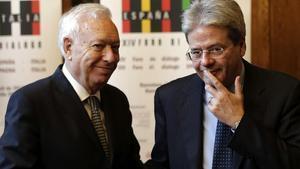 El ministro de Asuntos Exteriores, José Manuel García-Margallo, junto a su homólogo italiano, Paolo Gentiloni, tras reunirse en Barcelona, este jueves, 9 de abril.