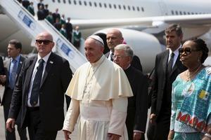 El papa ha sido recibido por la presidenta interina de la República Centroafricana a su llegada al aeropuerto de la capital, Bangui