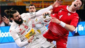 Maqueda intenta frenar una acción de Olejniczak en el partido