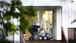 Un policía, en la entrada de la mezquita de Baerum (Oslo) donde se ha producido el tiroteo.