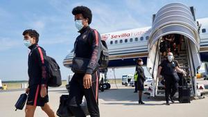 El Sevilla, con Koundé en primer término, a su llegada al aeropuerto de Dusseldorf.