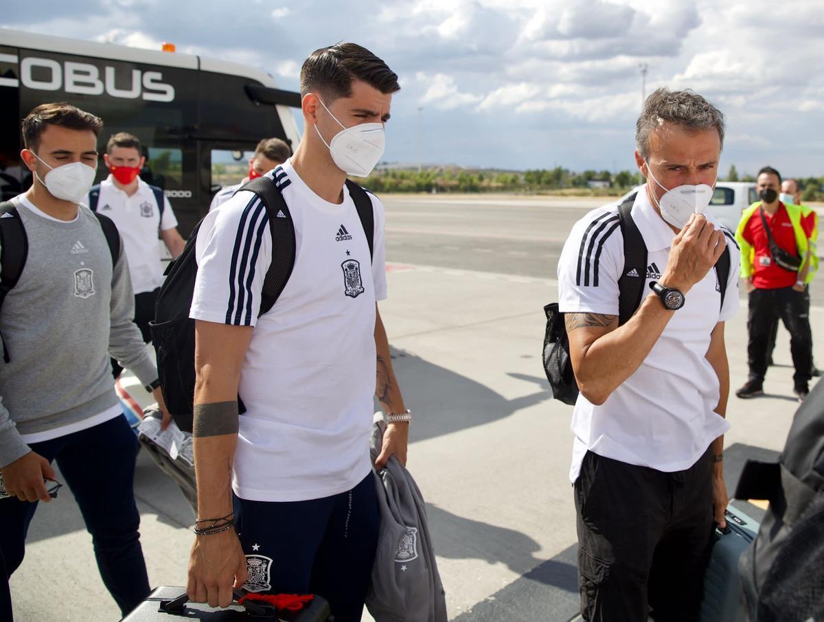 Morata y Luis Enrique, a la llegada de la selección española a Sevilla.