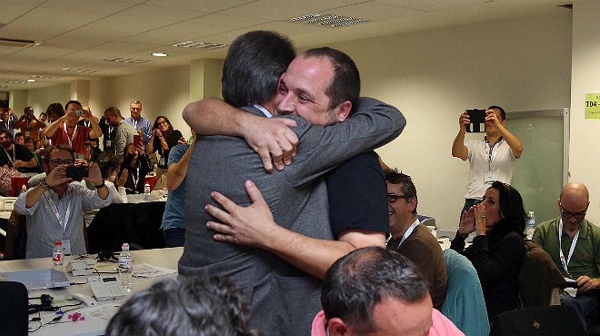 El abrazo de Artur Mas y David Fernàndez el 9-N