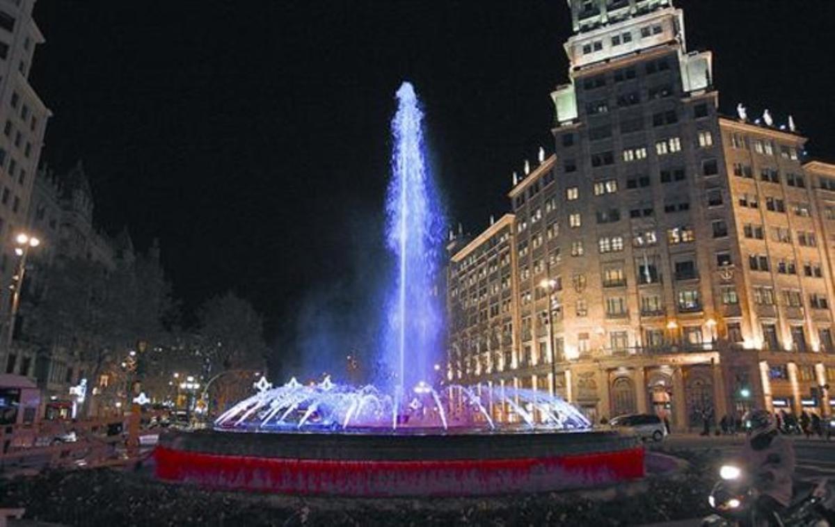 Ensayo 8 Pruebas de la fuente restaurada del paseo de Gràcia con la Gran Via, anoche.