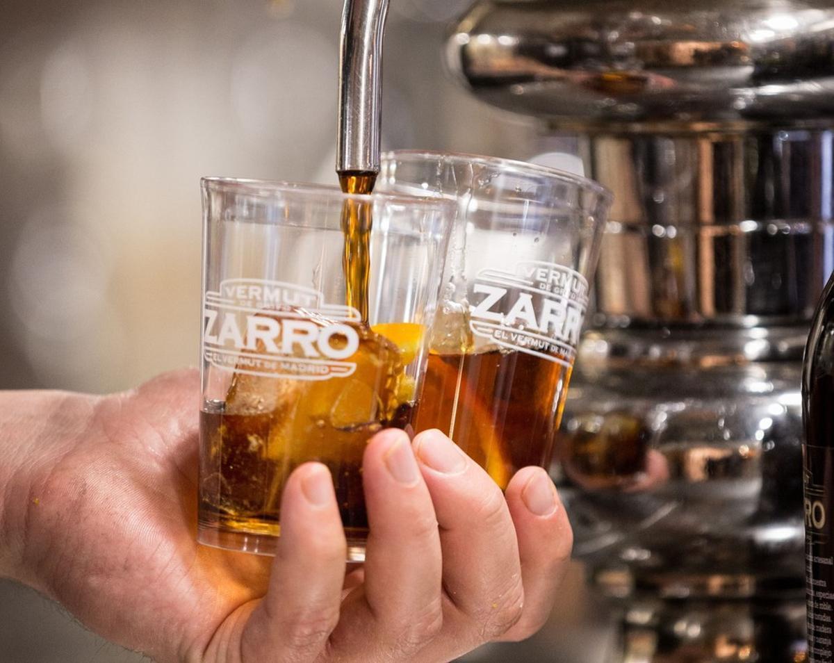 Dos vasos de vermut rojo, el más vendido en España.