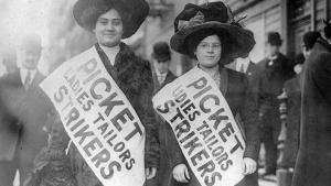 Dos integrantes de un piquete durante la huelga de las camiseras de Nueva York de 1909, precedente del Día Internacional de la Mujer.