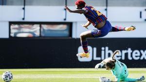 La portera del Valencia Enith comete penalti sobre Oshoala.