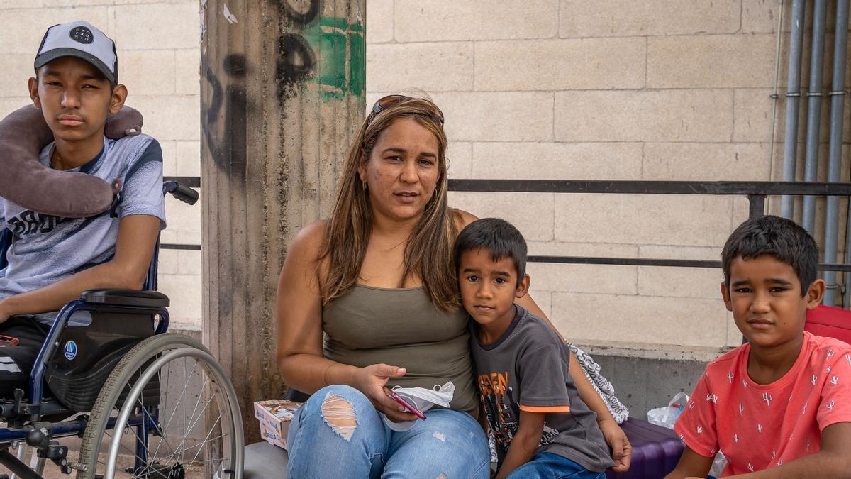 Alejandra y sus tres pequeños, en la calle, este lunes.