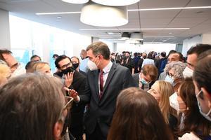 El presidente del Gobierno, Pedro Sánchez, charla con los periodistas tras la inauguración de la Oficina Comercial de España en Nueva York, en el edificio Chrysler, este 21 de julio.
