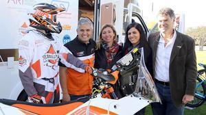 Nando Jubany, Àngela Juvé, Anna Orte y Xavier Beltrán, junto a la equipación de la KTM 450, en la presentación de la aventura del cocinero de Osona.