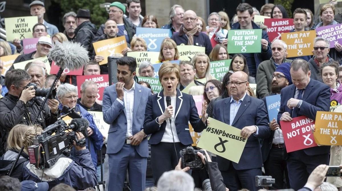 Nicola Sturgeon (centro), durante un acto electoral en Glasgow, este miércoles.