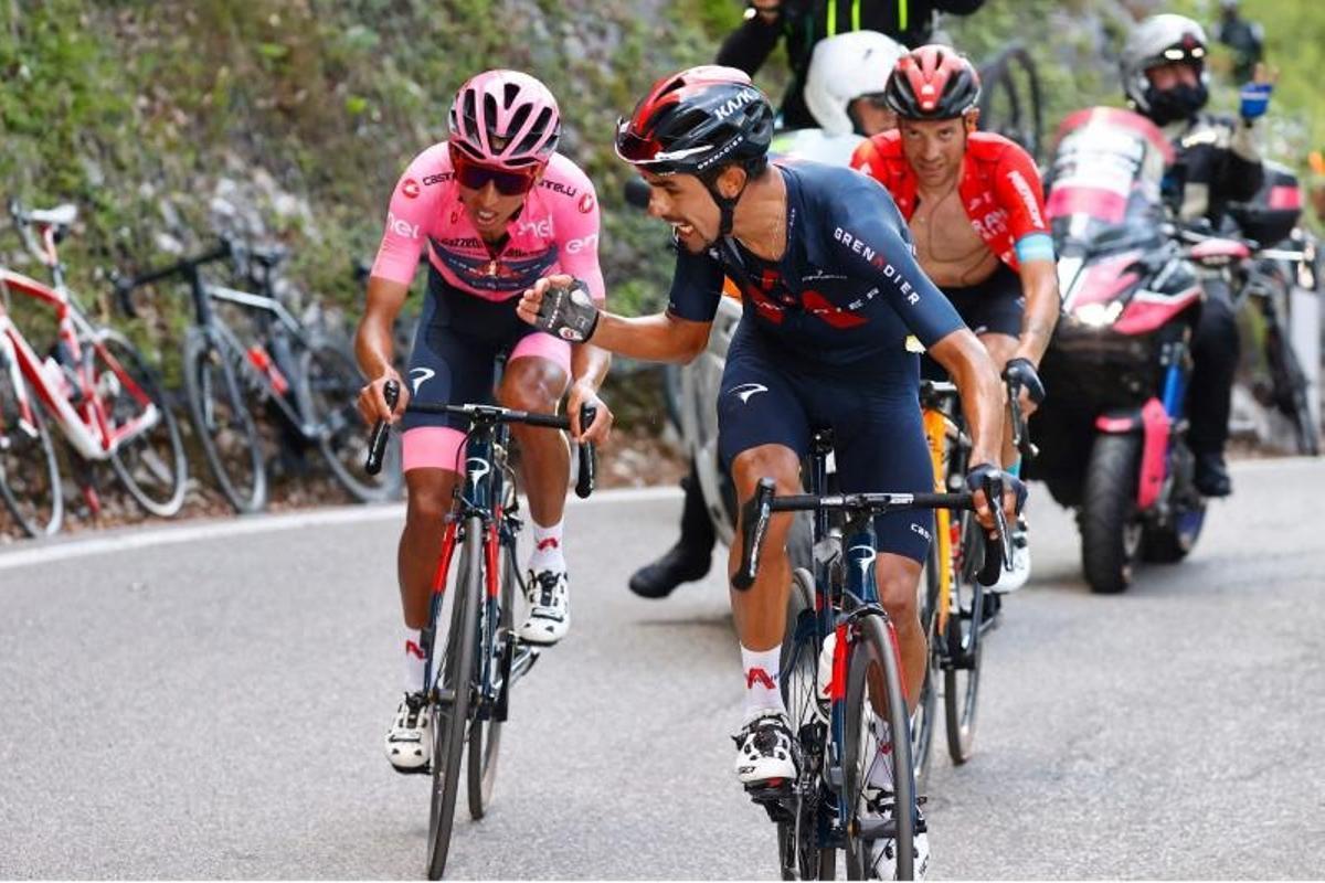 Daniel Martínez anima a la 'maglia rosa', en crisis, durante el ascenso a Sega di Ala.
