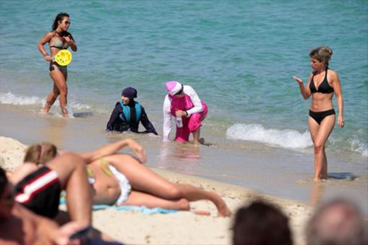 Mujeres con 'burkini' en una playa del sur de Francia, el lunes.