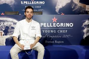 David Andrés, este lunes con el trofeo que le acredita como ganador de la región de España y Portugal del concurso S. Pellegrino Young Chef.