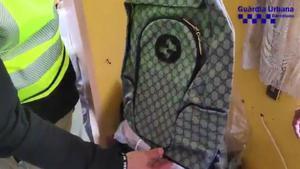 Desmantelado un grupo de distribución de material falsificado destinado a la venta ambulante en la zona del puerto de Barcelona.