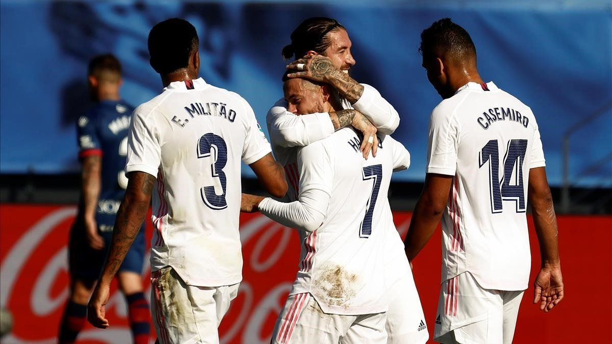Eden Hazard celebra su gol con sus compañeros