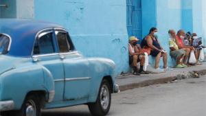 Personas en Cubahacen fila en una panadería en plena pandemia de coronavirus.
