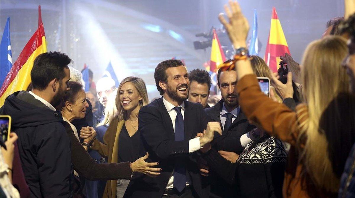 Pablo Casado y su esposa, Isabel Torres, entran en la plaza de Las Ventas de Madrid, donde se ha celebrado el mitin de cierre de campaña.