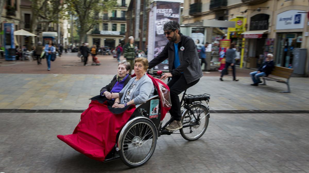 Prueba piloto para pasear a la gente mayor con dificltad en su movilidaden bicicleta por la ciudad
