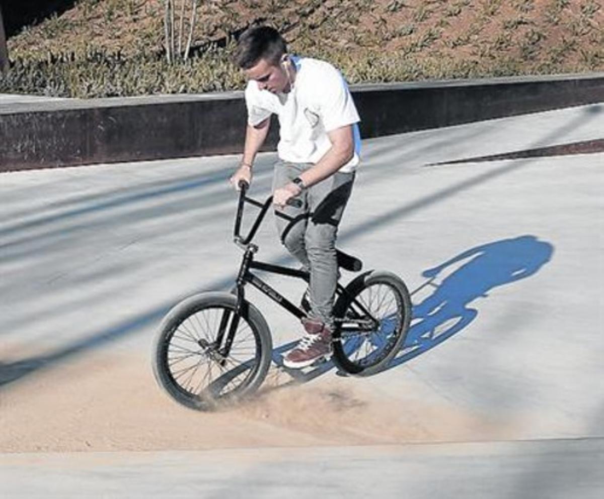 Un practicante de BMX, en un rincón donde se acumula tierra.