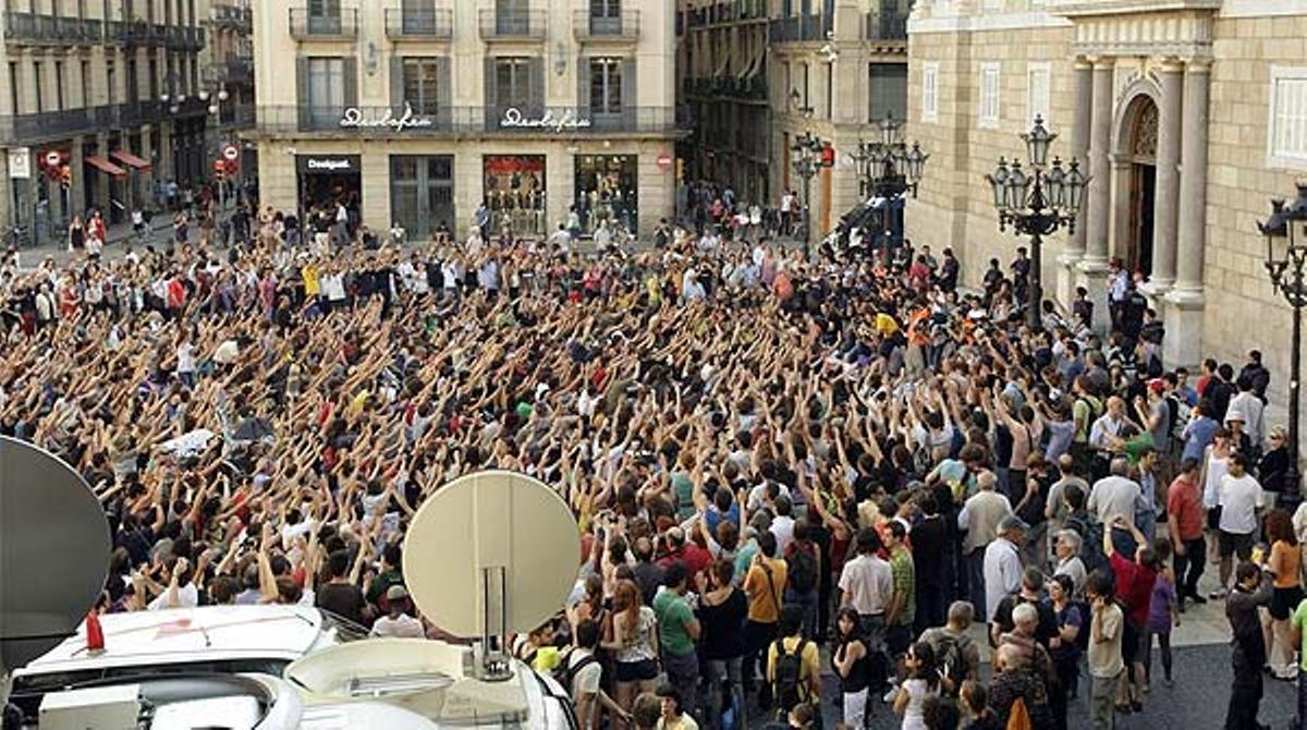 Concentración de indignados ante el Palau de la Generalitat.