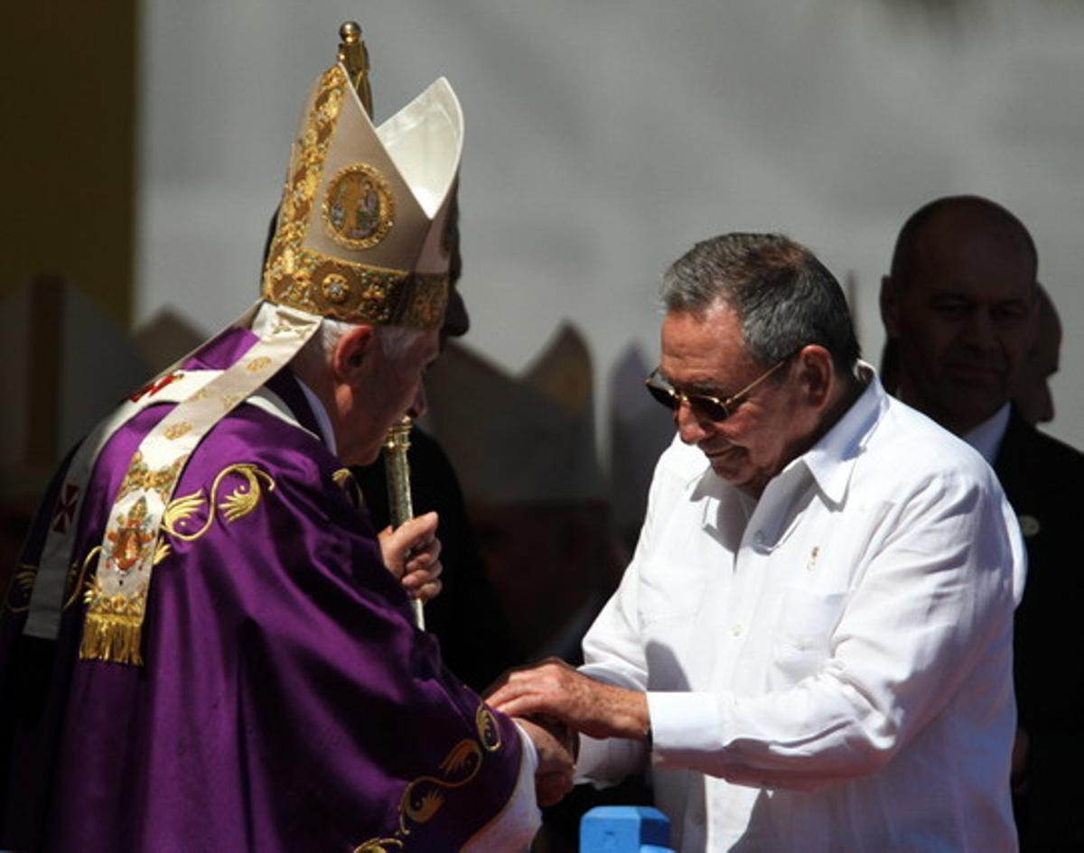 Benedicto XVI saluda al presidente cubano, Raúl Castro, durante la misa multitudinaria que ofició el 28 de marzo en la Plaza de la Revolución José Martí, en La Habana.
