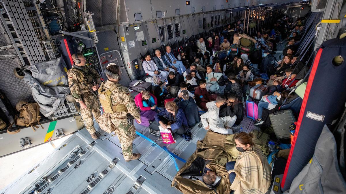 Una fotografía obtenida de Twitter a través de @Bw_Einsatz el 17 de agosto de 2021 muestra a los evacuados de Afganistán cuando llegan en un avión de transporte Airbus A400 de la Luftwaffe de la Fuerza Aérea Alemana en Tashkent, Uzbekistán.