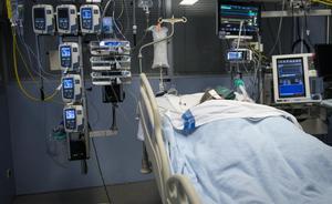 Un paciente con covid ingresado en la UCI del Hospital Josep Trueta de Girona.