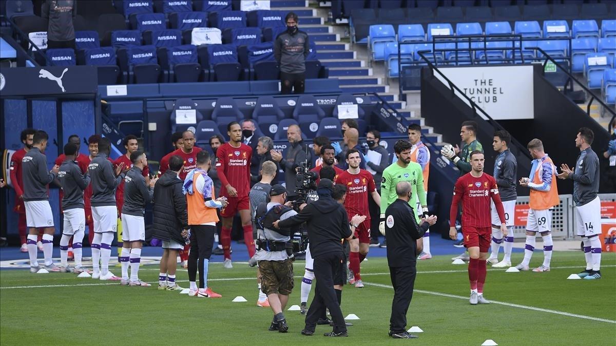 Pasillo del Manchester City al Liverpool, equipos de la Premier League.