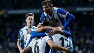 Lluís López, felicitado por sus compañeros después de marcar el segundo tanto perico.