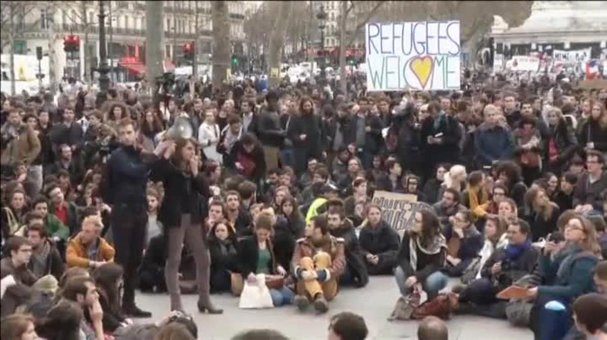 Decenas de jóvenes llevan días concentrados en la plaza de la República en París.