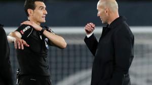 Zidane le pide explicaciones a Martínez Munuera por el penalti que pitó a Militao.