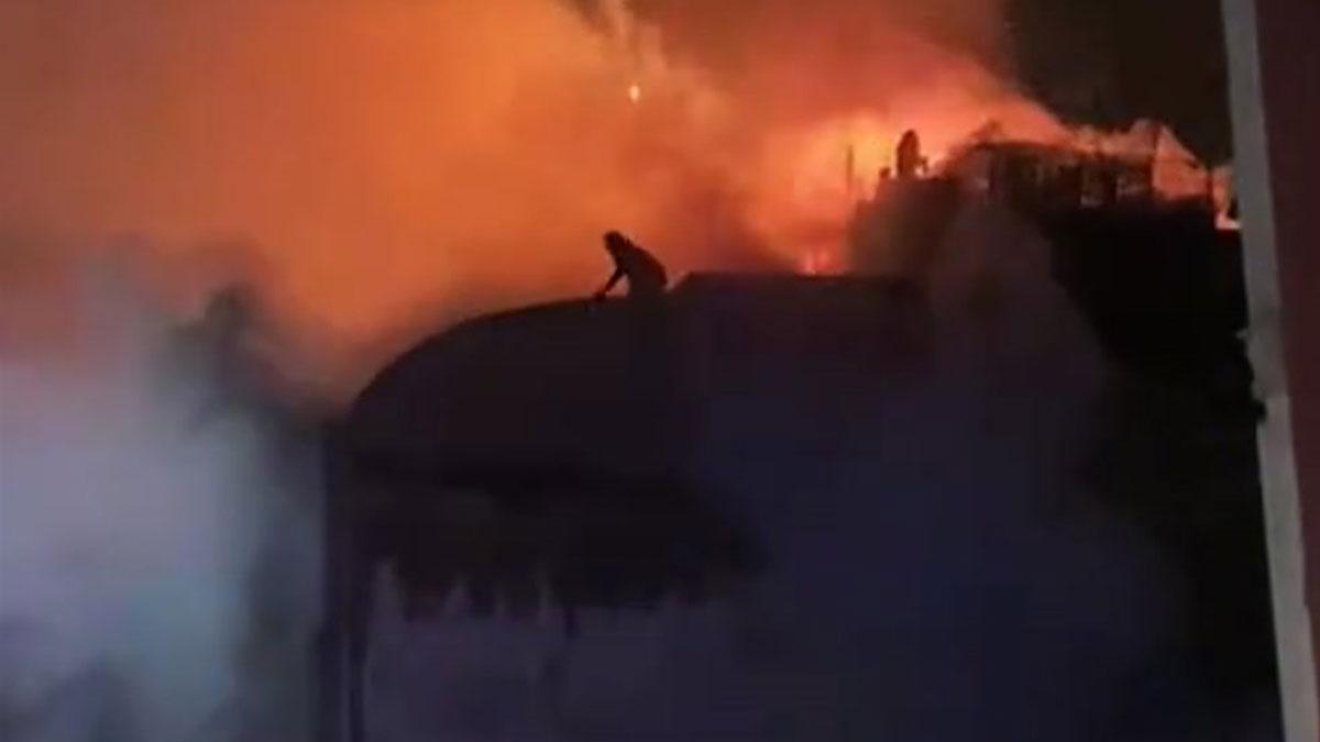 Ocupantes de la nave industrial incendiada en Badalona tratan de salir por el tejado.