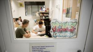 Un grupo de estudiantes de ESO en un aula de refuerzo escolar.