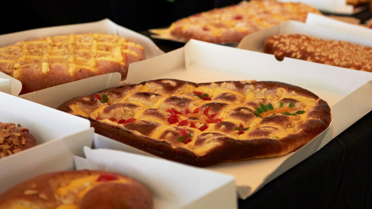 Varias de las cocas de Sant Joan presentadas en el concurso profesional.