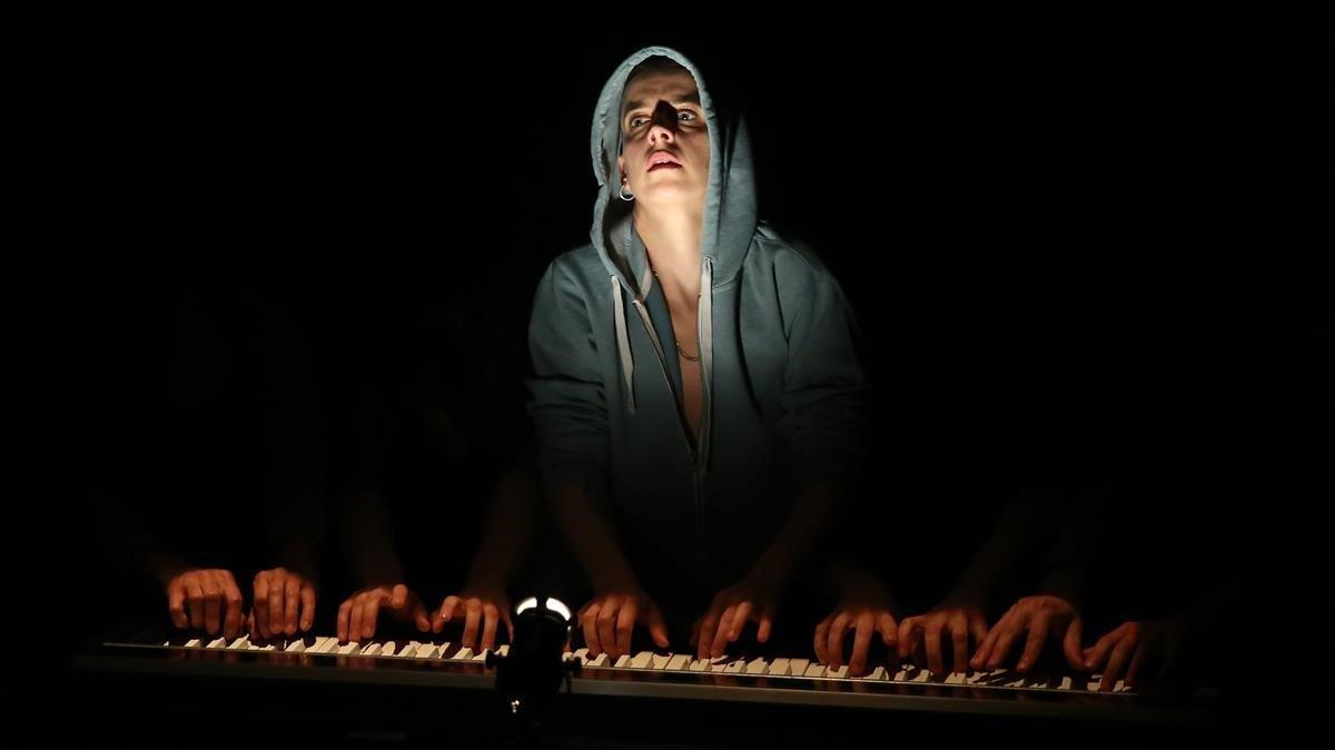 Clara Peya, en una escena de 'Suite TOC núm. 6', su montaje más personal.