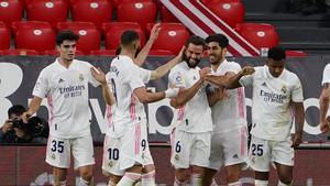 Nacho, felicitado por sus compañeros tras el gol.