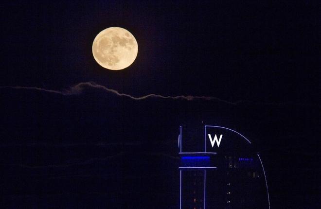 Espectaculars imatges de la Lluna plena